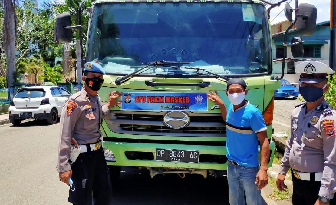 Satuan Lantas Polresta Mamuju Edukasi Masyarakat Mengunakan Media Sticker