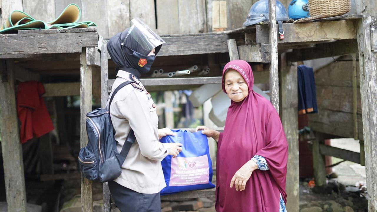Sungai dan Jalur terjal tidak Menyurutkan Semangat Bhayangkari Daerah Sulbar