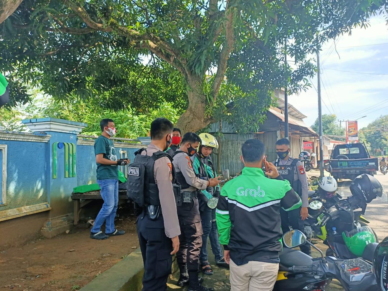 Sasar Pangkalan Ojek , Personil Dit Samapta Polda Sulbar Terus Lancarkan Himbauan Prokes