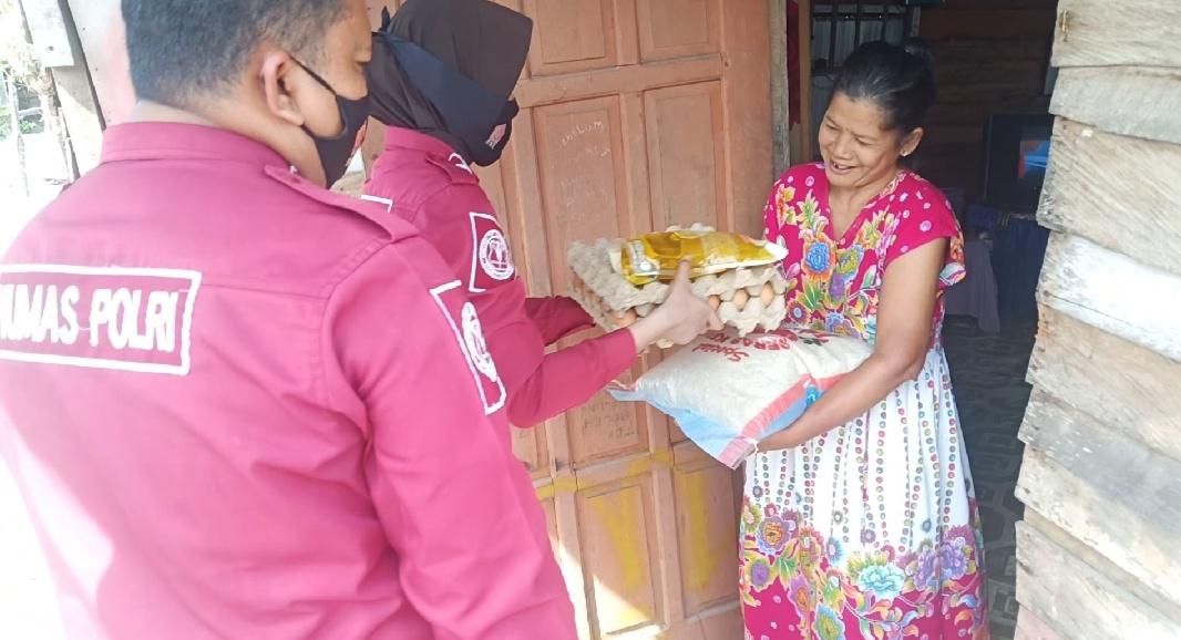 Subbag Humas Polres Pasangkayu Bagi Sembako di Daerah Pedalaman