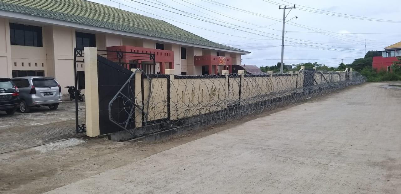 Gudang Logistik Pilkada Mamuju Dipasangi Kawat Berduri