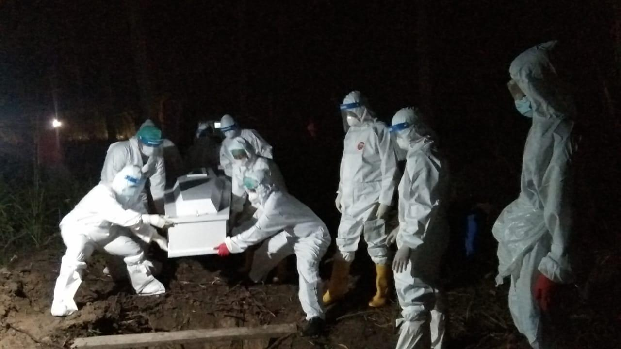 Personil Polres Pasangkayu Polda Sulbar Amankan Pemakaman Terkonfirmasi Covid-19