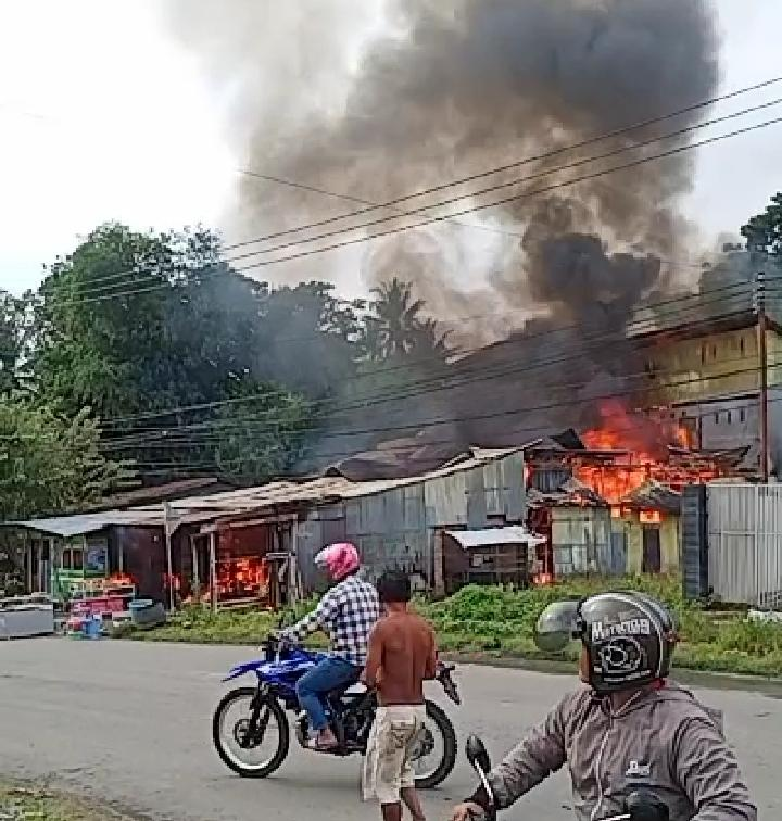 Diduga Korsleting Listrik , 3 Rumah di Tambayako Terbakar