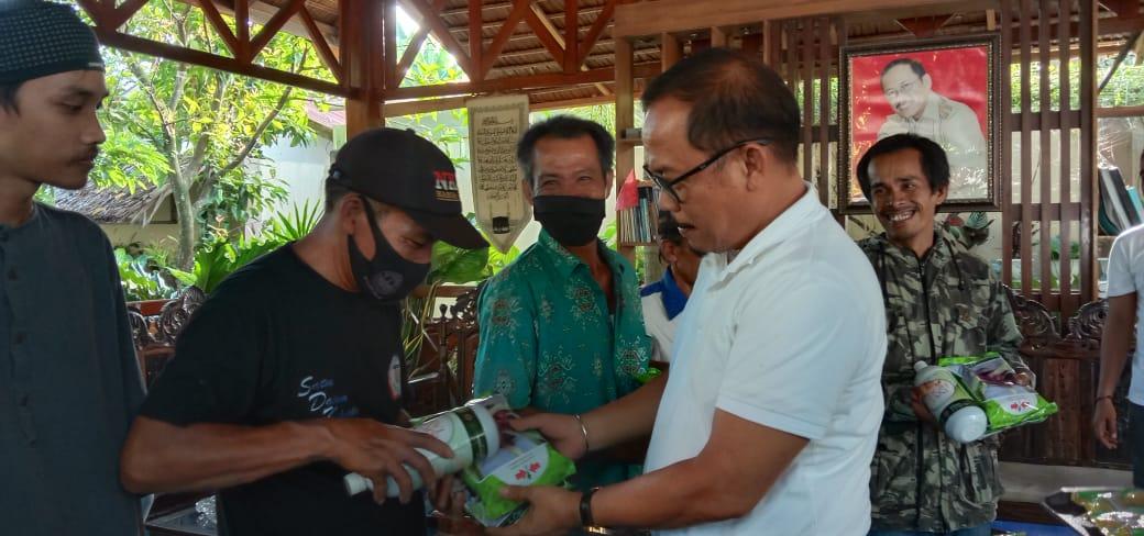 SDK Serahkan Bantuan Bibit Jagung dan Bawang Merah