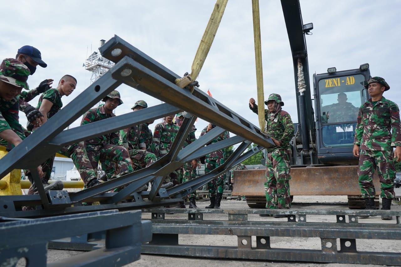 Personil TNI - AD Pasang Jembatan Acrrow Panel di Pelabuhan Fery Mamuju