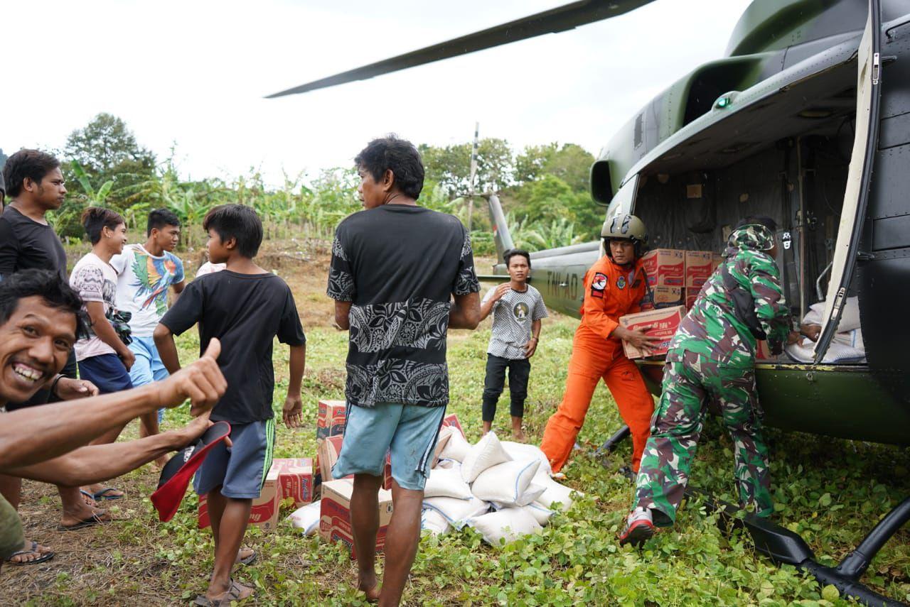 Helikopter TNI - AD Bawa Bantuan Kedaerah Terpencil