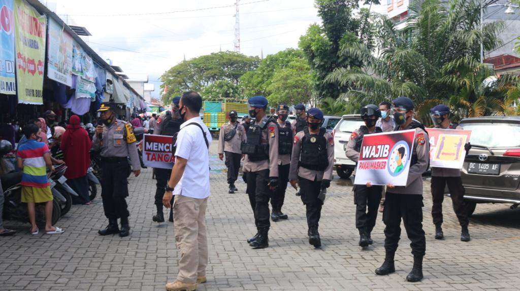 Personil Gabungan Polresta Mamuju dan Brimob Polda Sulbar Beri Himbauan Ke Masyarakat