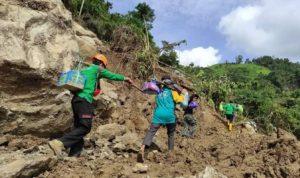 Longsor Tutupi Jalan Mekatta, Bhabinkamtibmas bersihkan Jalur Desa Mekatta