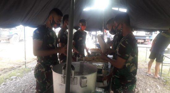 Personel TNI - AD Siapkan Makan Bagi Pengungsi