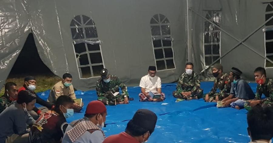 Prajurit kodim 1418/Mamuju Bersama Masyarakat Laksanakan Dzikir Dan Doa Bersama Di Tenda Pengungsian