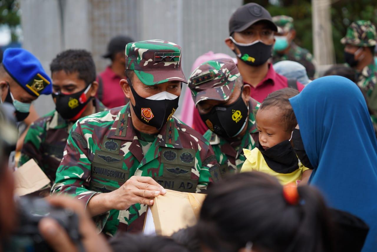 Pangdam XIV/ Hasanuddin Serahkan Bantuan Kemanusian ke Gubernur Sulbar