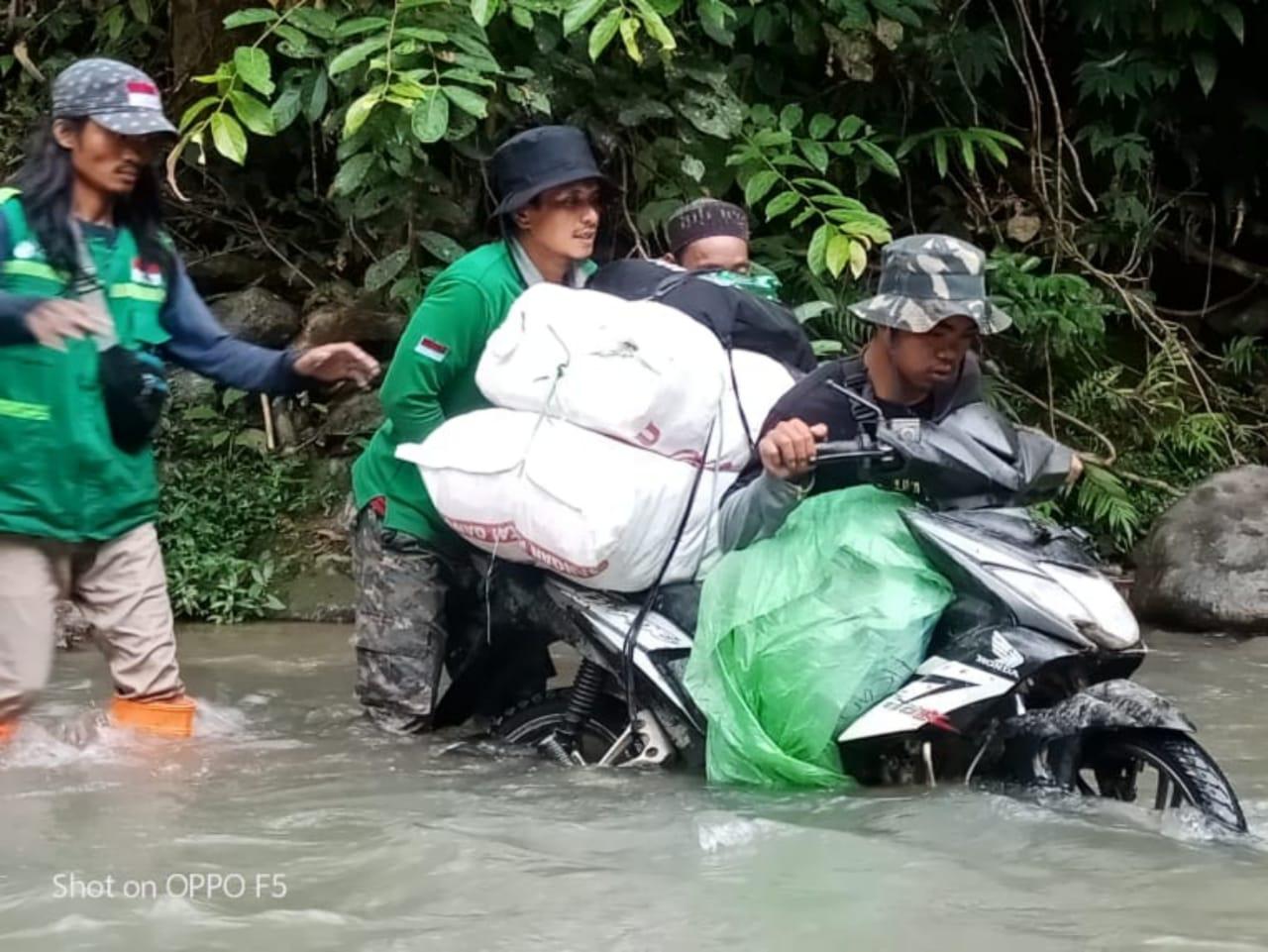 Perjuangan Relawan Wahdah, Menyebrangi Sungai Bawa Bantuan ke Puncak Ulumanda