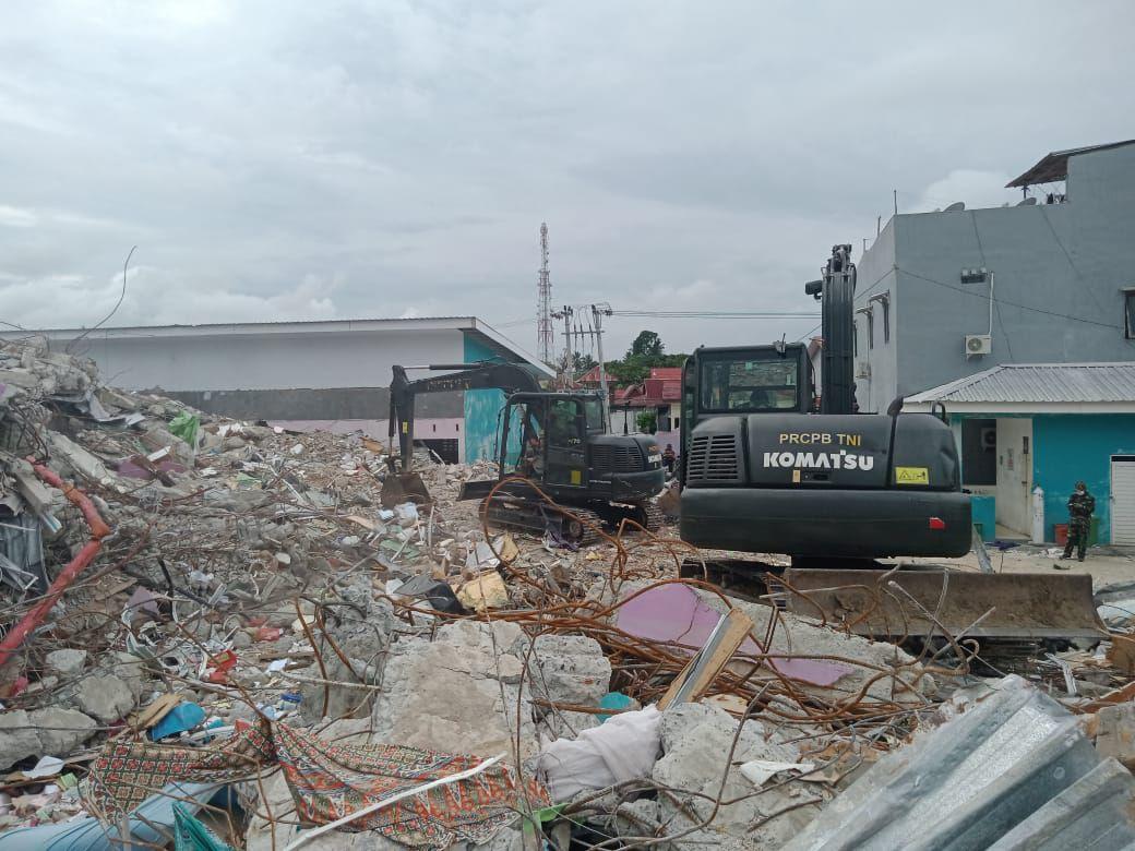 Alat Berat TNI - AD Bersihkan Bangunan Rs. Mitra Manakarra Mamuju