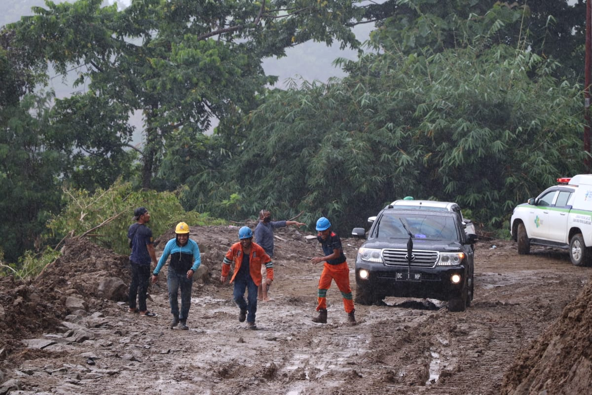 Mobil ABM Terjebak Lumpur Saat Kunjungi Pengungsi di Ulumanda