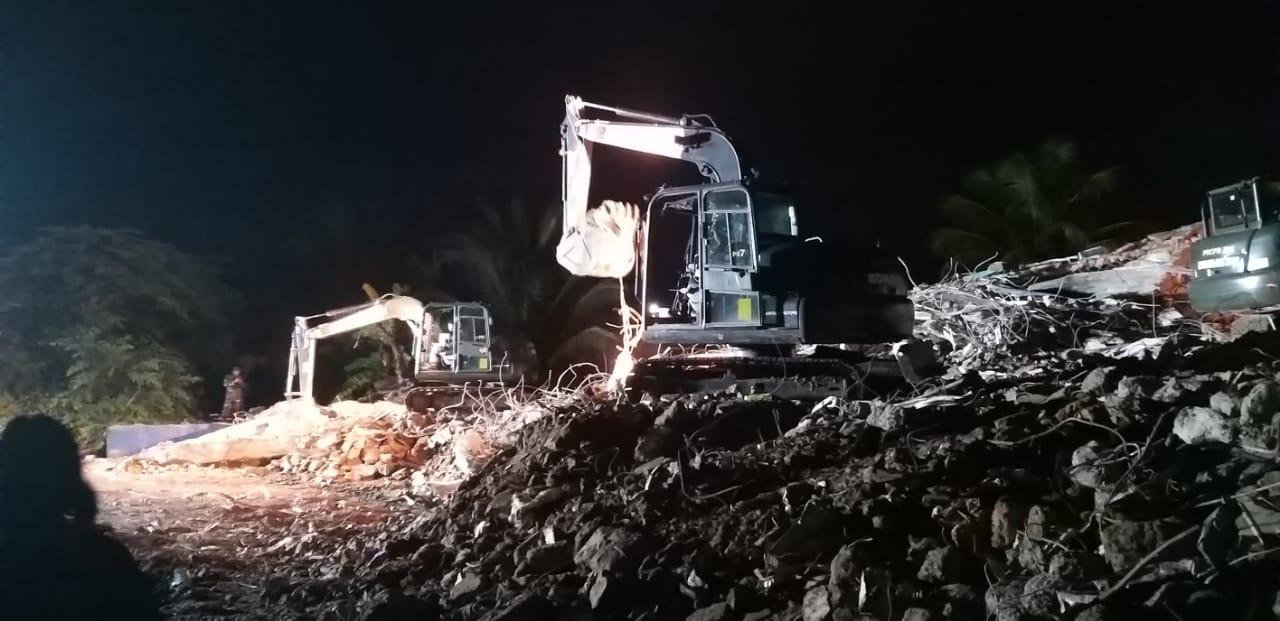PU Sulbar - TNI Bersihkan Reruntuhan Bangunan
