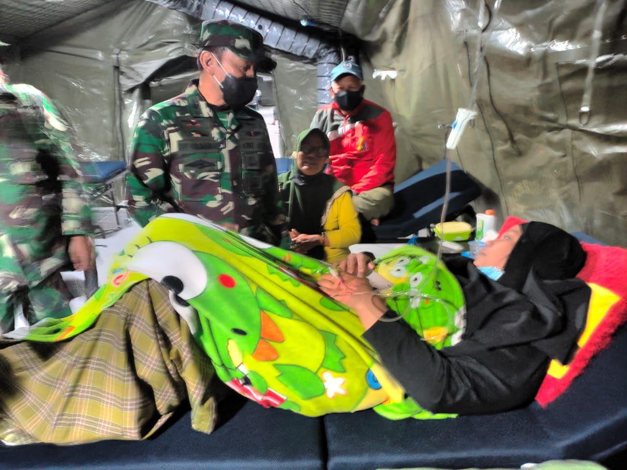 Dokter Spesialis Rumah Sakit Lapangan TNI - AD Lakukan Operasi.