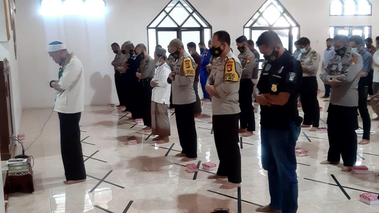 Polres Majene Gelar Sholat Gaib untuk Ipda Basri Hak