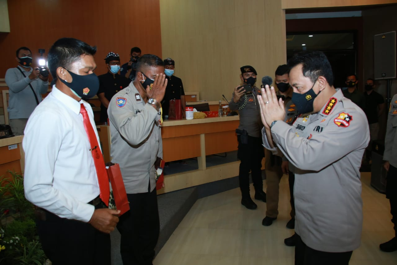 Kapolri Beri Penghargaan 2 Personel Polda Bali