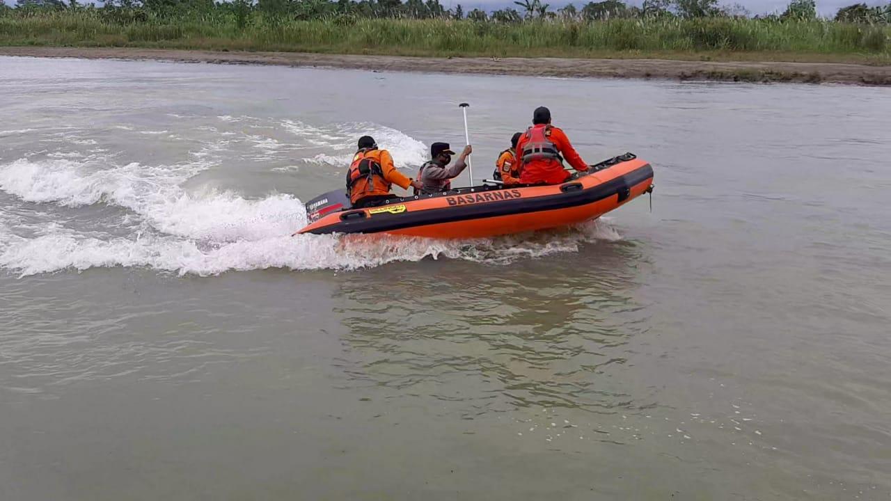 Polres Pasangkayu Bersama TIM SAR Melakukan Pencarian Korban Sampai Ke Muara Sungai Lariang.