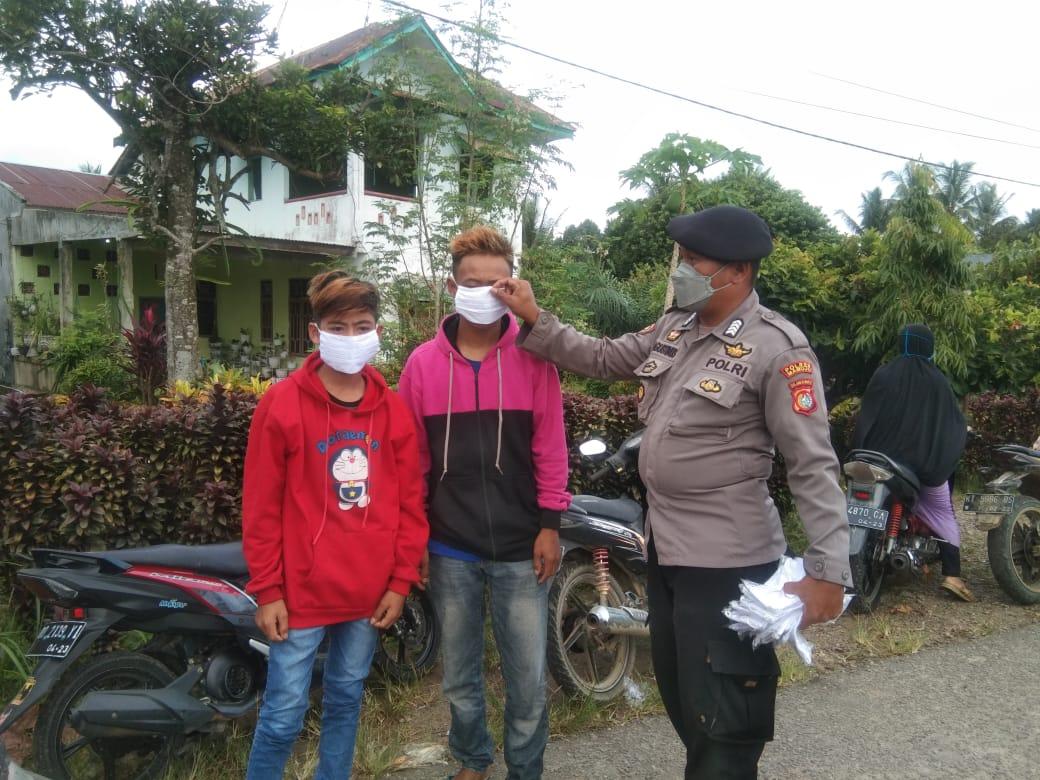 Operasi Yustisi, Polsek Tommo Bagikan Masker Kewarga Yang Terjaring
