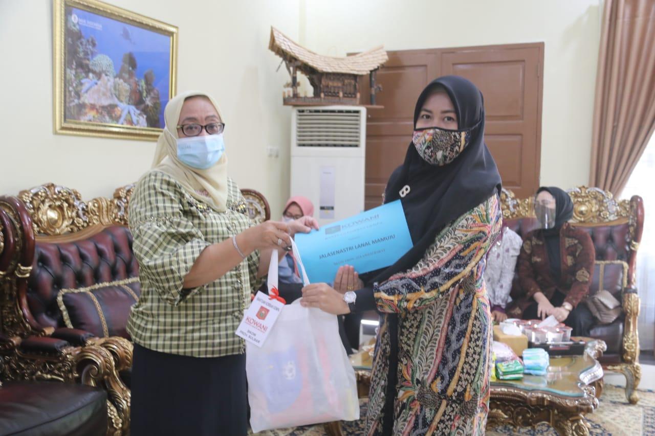 Enny Serahkan Bantuan 250 Paket Kebutuhan Wanita