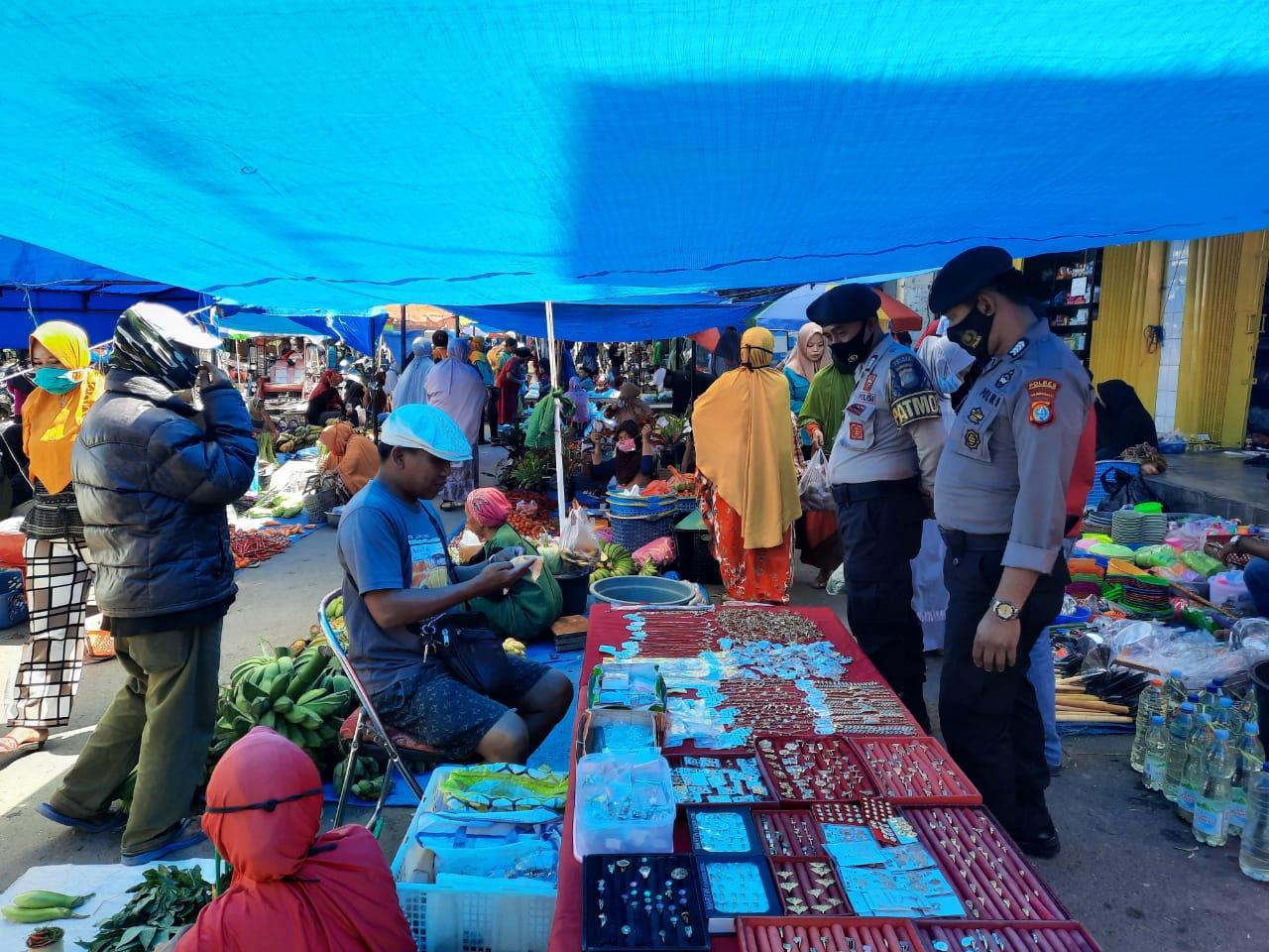 Sat Sabhara Polres Polman Laksanakan Patroli Jalan Kaki Di Pasar Sentral Pekabata