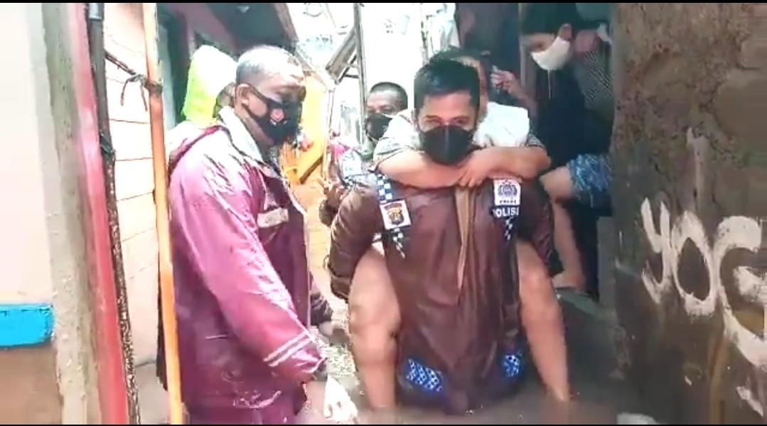 Kisah Heroik Kapolsek Mengevakuasi Korban Banjir