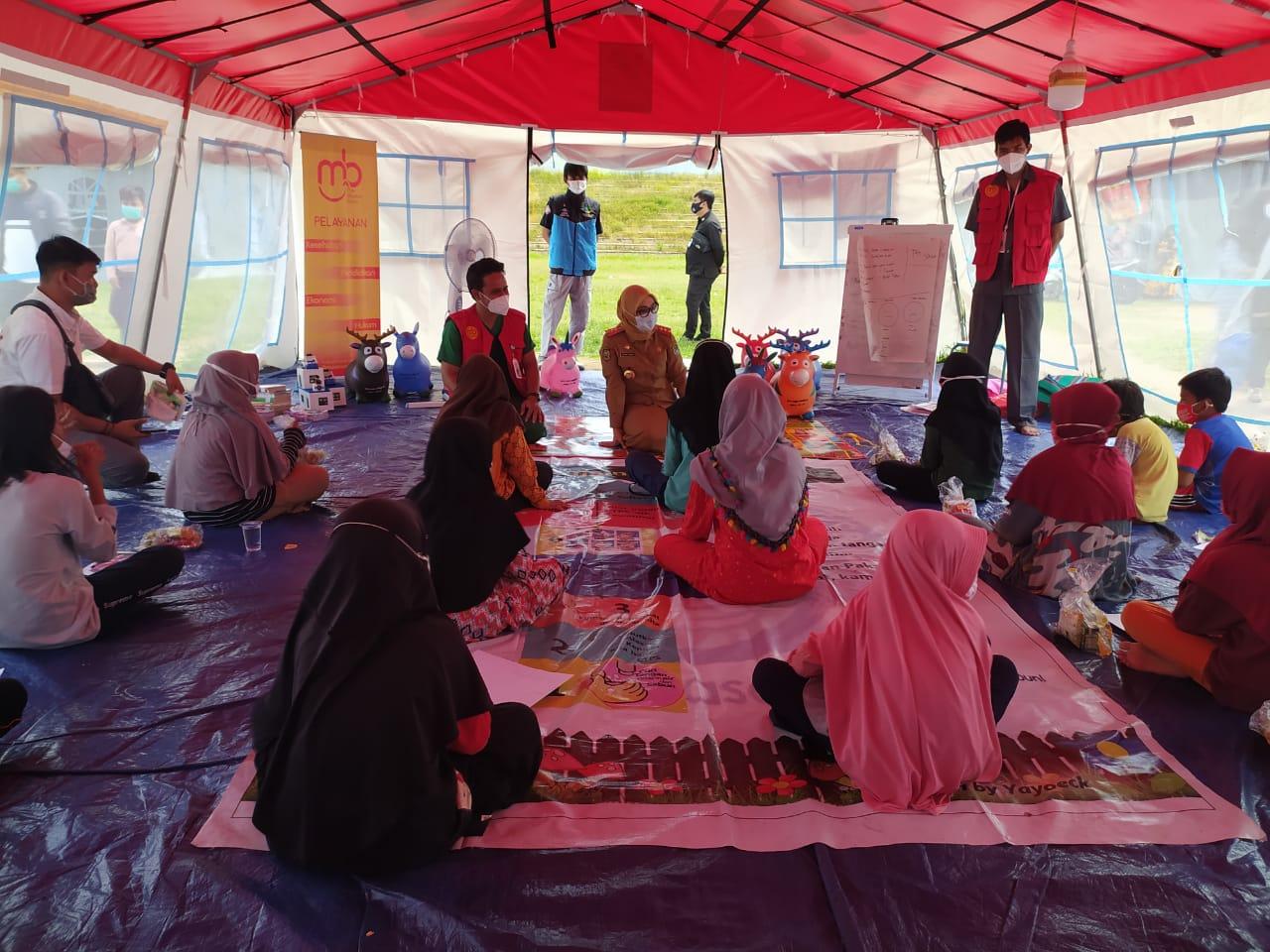 Bupati Mamuju Sambangi Anak-Anak di Tenda Pengungsian