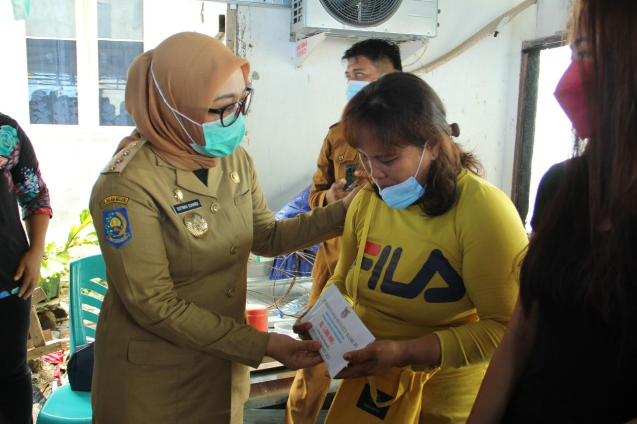 "Serahkan bantuan korban kebakaran, Sutinah Suhardi : "" Jangan liat nilainya """