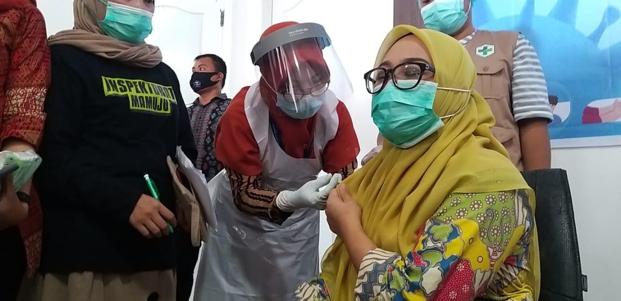 Bupati Mamuju Sutinah Suhardi dan Wakilnya Ado Mas'ud Disuntikkan Vaksin Sinovac