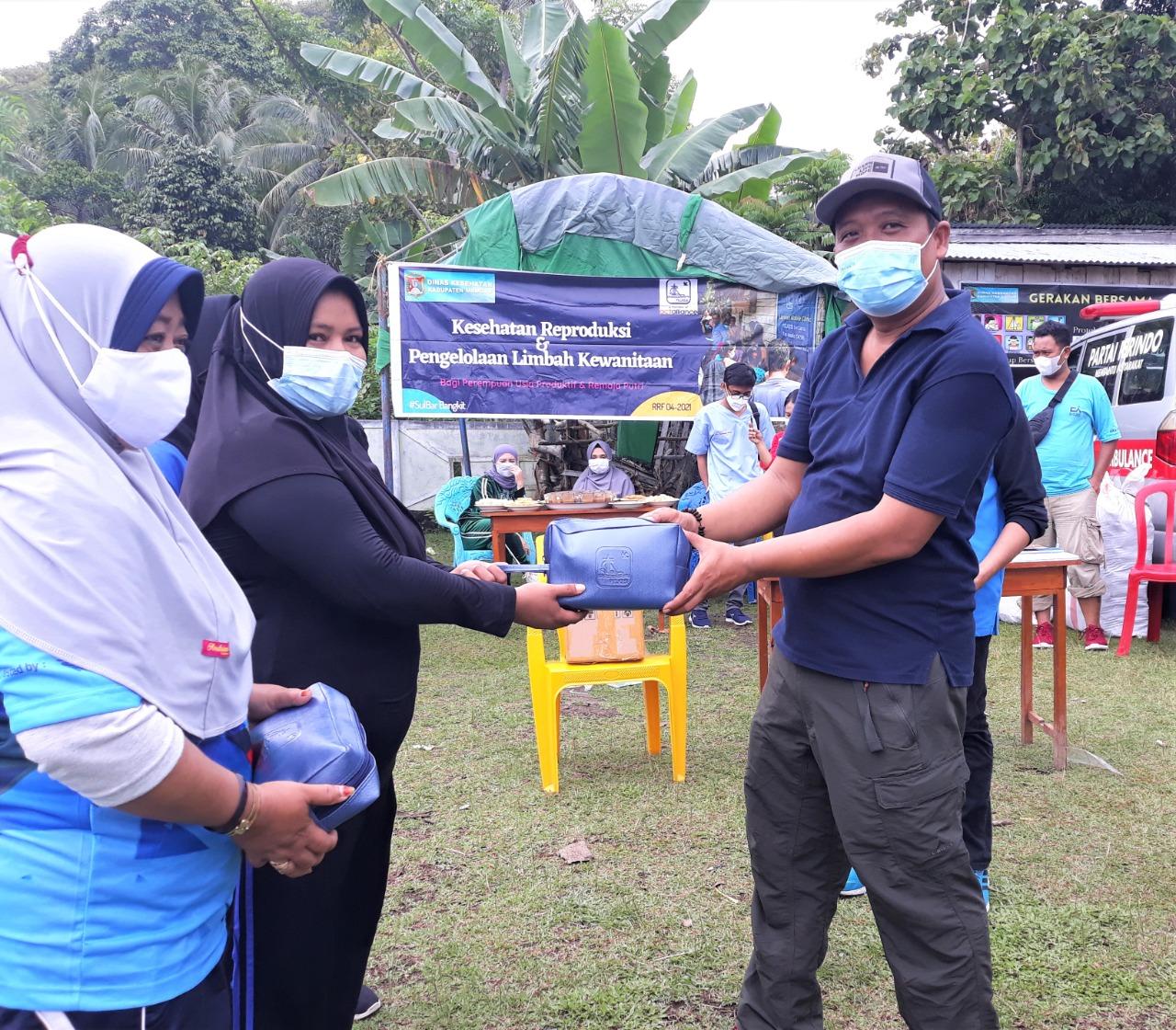 Penyerahan 1000 Feminin Kit di Desa Sumare
