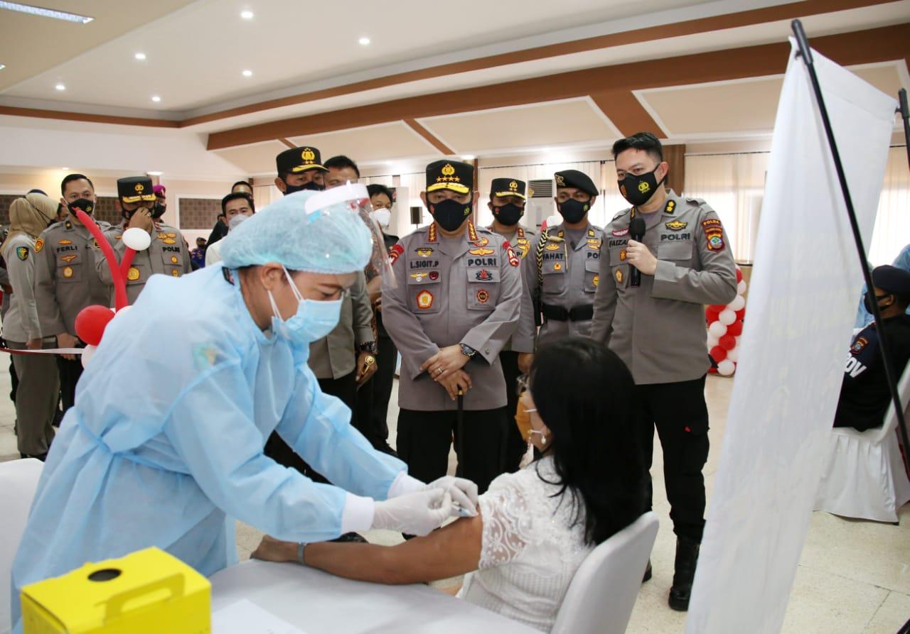 Kapolri Tinjau Vaksinasi Massal di Manado
