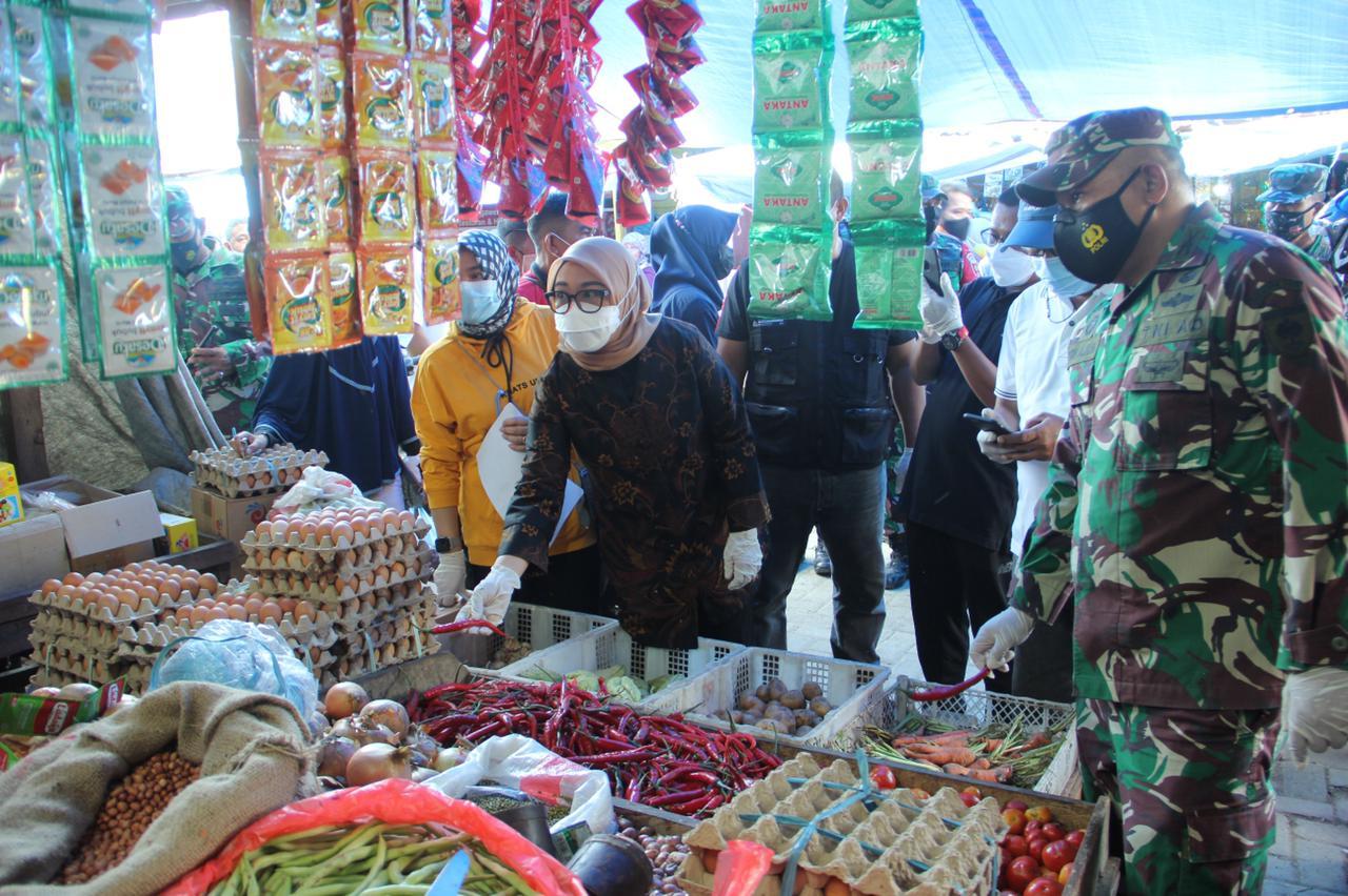 Bupati Mamuju Inspeksi Pasar, Pastikan Stok Dan Harga Aman
