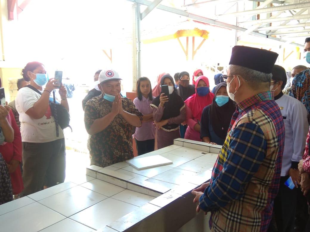 Gubernur Sulbar Serahkan Secara Simbolis Lapak Penjual Ikan