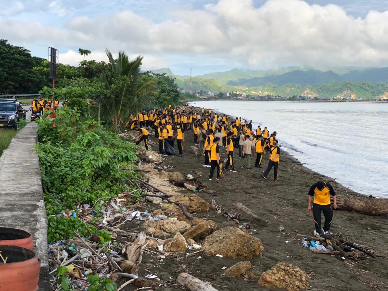 Ratusan Personil Gabungan TNI Polri dan Pemda Mamuju sisir pantai Manakarra