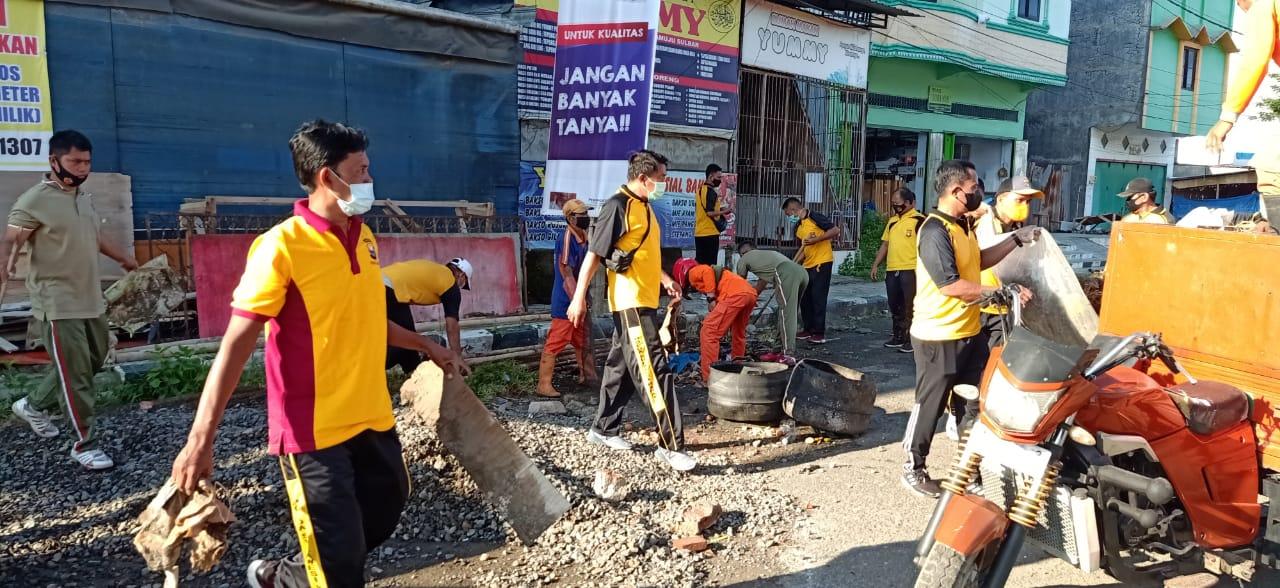 TNI-Polri dan Pemkab Mamuju Aksi Bersih-bersih Sampah