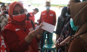 Wagub Sulbar Serahkan BNT Untuk 700 KK di Malunda
