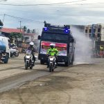 Polres Mateng Semprotkan Disinfektan ke Jalan Raya