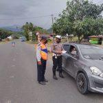 Personel Sat. lantas Polres Polman Berbagi Masker