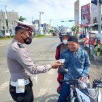 Sat Lantas Polresta Mamuju Berbagi Masker Bagi Pengguna Jalan